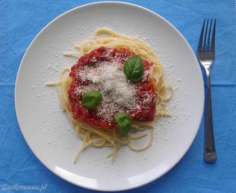spaghetti z pomidorami i parmezanem