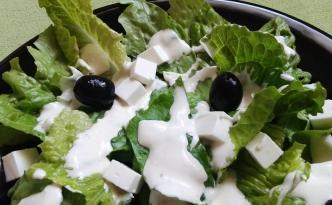 sałata rzymska z fetą i oliwkami