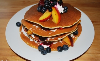 pancakes z mascarpone i owocami