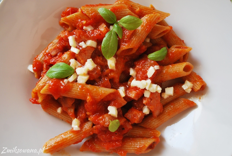 makaron z kiełbasą w sosie pomidorowym