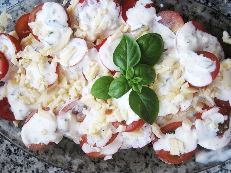 pomidory z sosem czosnkowym i serem