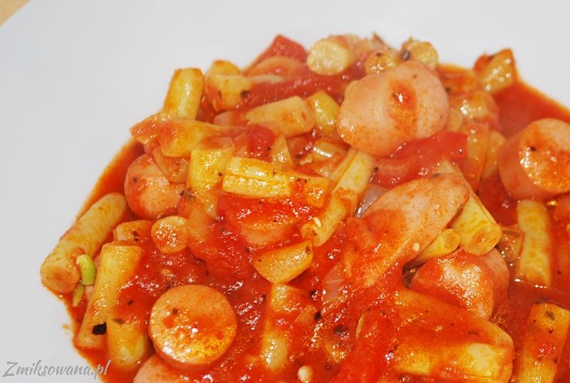 fasolka szparagowa z kiełbasą i pomidorami