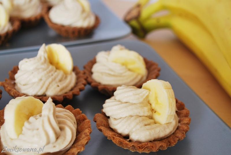kruche babeczki z kremem bananowym