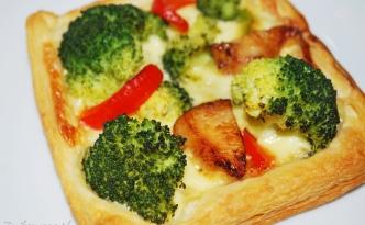 ciasto francuskie z brokułami i kurczakiem i papryką