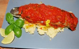 pstrąg pieczony w pomidorach