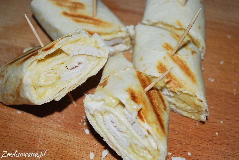 tortilla zapiekana z kurczakiem i serem