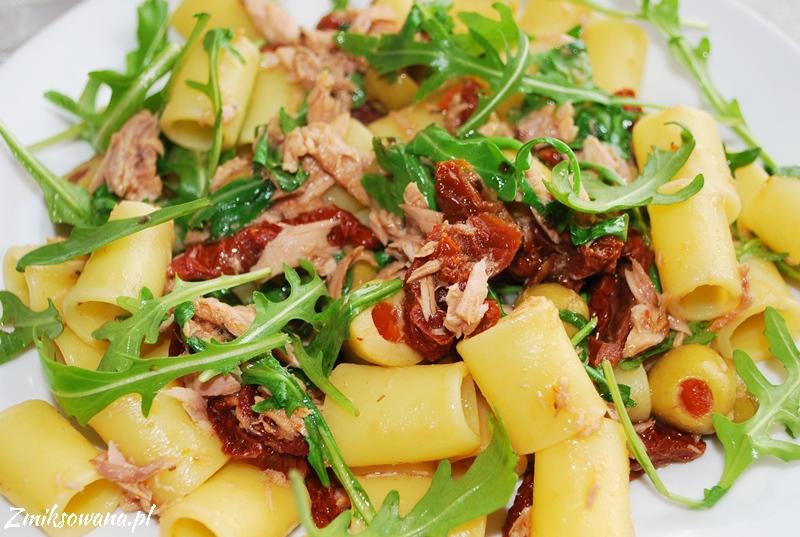 makaron z tuńczykiem, suszonymi pomidorami