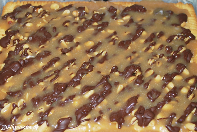 mazurek z fistaszkami, karmelem i czekoladą