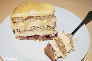tort kajmakowy na biszkopcie orzechowym