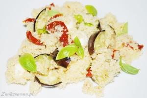 Kuskus z bakłażanem i mozzarellą i pomidorami