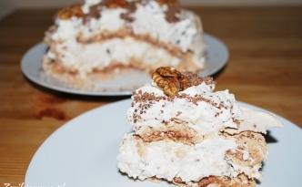 Cynamonowy tort bezowy z orzechami