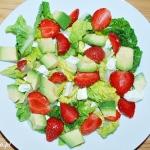 Sałatka z awokado i truskawkami