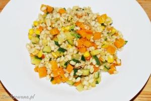 Pęczak z cukinią i marchewką i kukurydzą