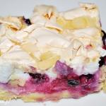 Ciasto kruche z owocami, budyniem i bezą