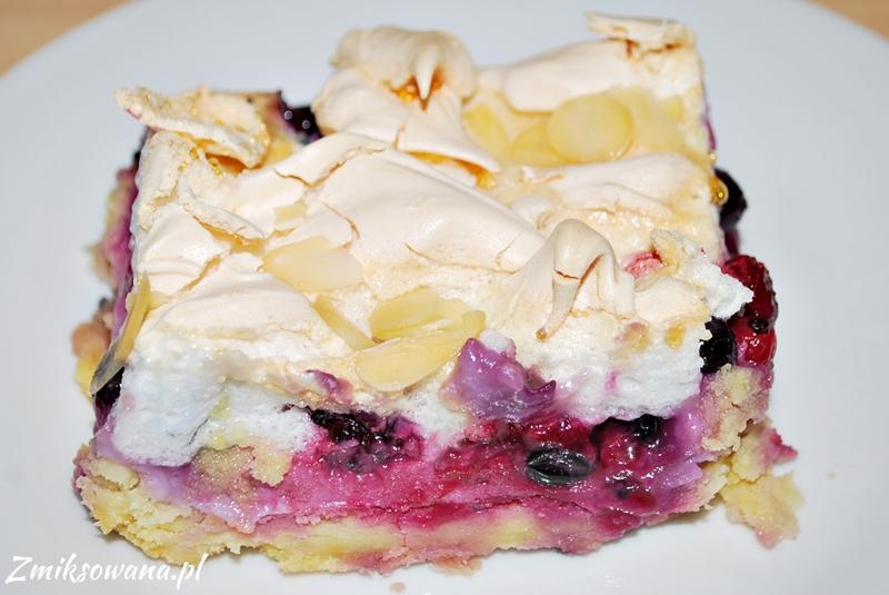 Ciasto kruche z budyniem, owocami i bezą
