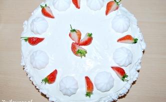 Tort z rabarbarem truskawkami