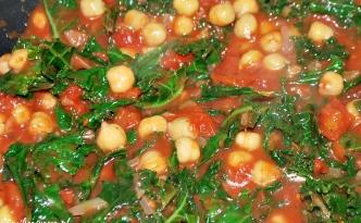 Ciecierzyca z jarmużem i pomidorami
