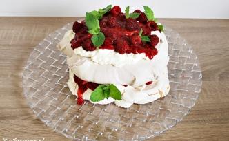 Tort bezowy z malinami i kremem