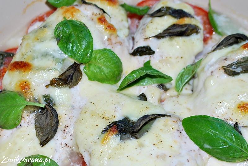 Kurczak pieczony z mozzarellą i pomidorami i bazylią