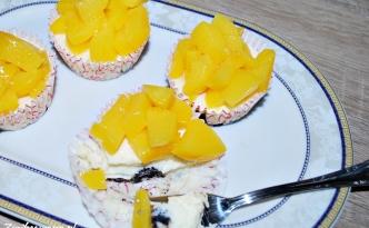 Mini serniczki z brzoskwiniami