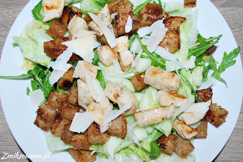 Sałatka z kurczakiem i grzankami, sos cezar