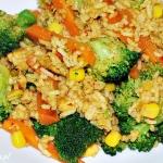 Ryż smażony z kurczakiem i brokułami